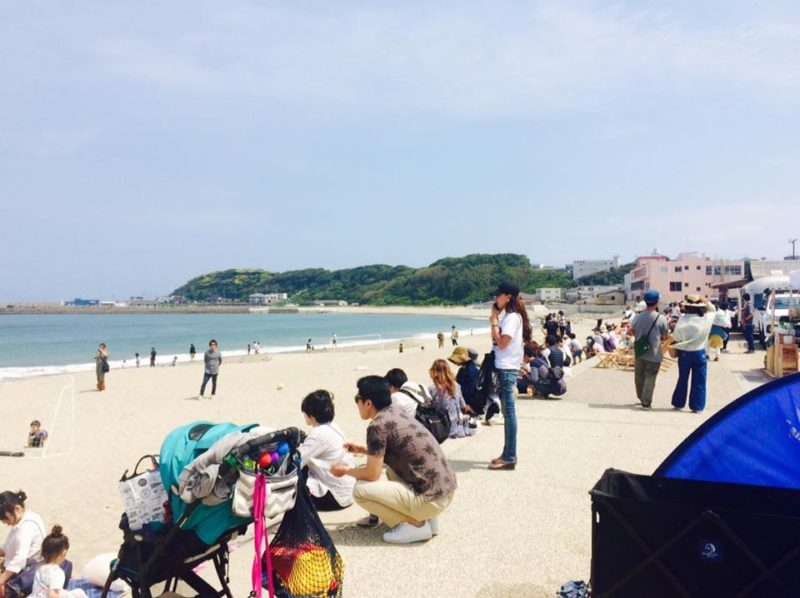 海岸沿いに座る人