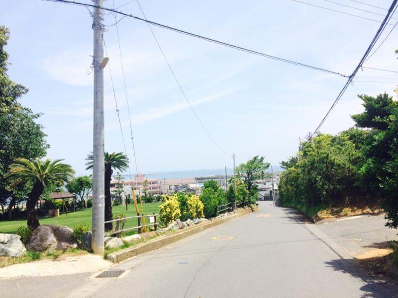 道路を進んでいくと阿字ヶ浦海岸