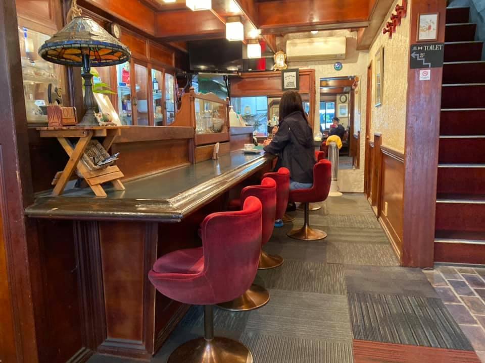 喫茶店チャペルのカウンターといす